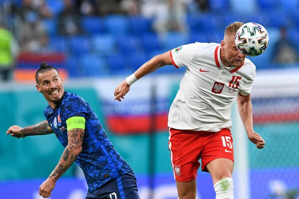 Защитник сборной Польши Камил Глик (справа) и нападающий сборной Словакии Марек Гамшик
