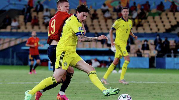 Защитник сборной Швеции Виктор Линделеф в борьбе с нападающим сборной Испании Дани Ольмо