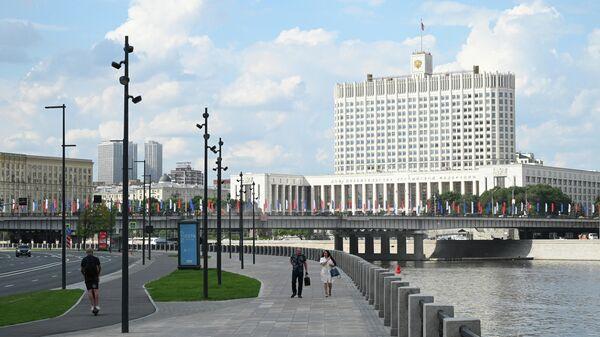 Вид на здание дома правительства Российской Федерации в Москве