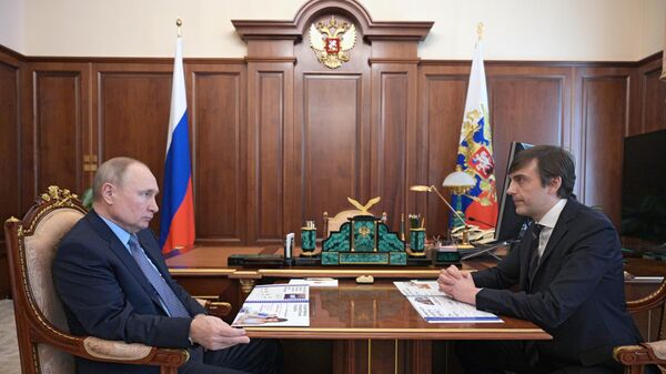 Президент РФ Владимир Путин и министр просвещения РФ Сергей Кравцов во время встречи