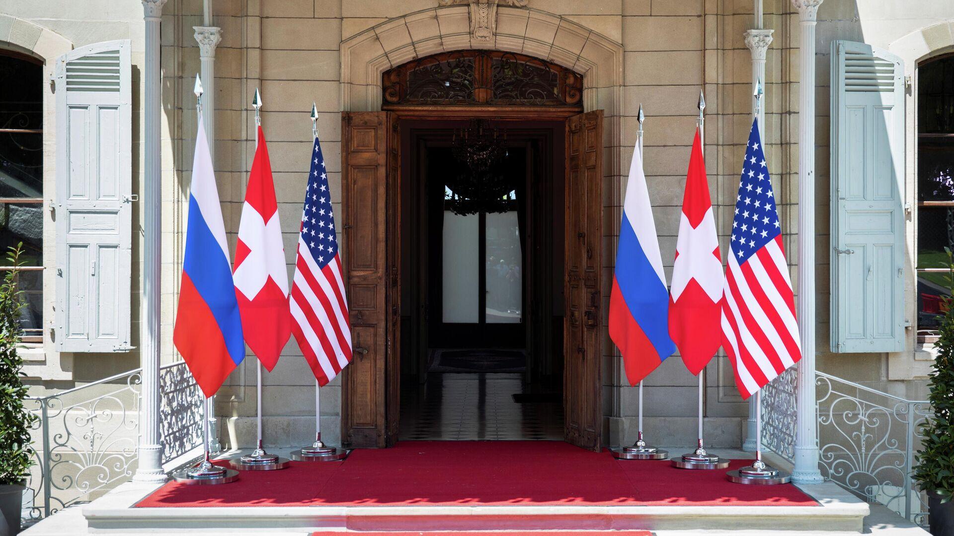 Флаги России, США и Швейцарии перед входом на виллу Ла Гранж в Женеве, Швейцария - РИА Новости, 1920, 16.06.2021
