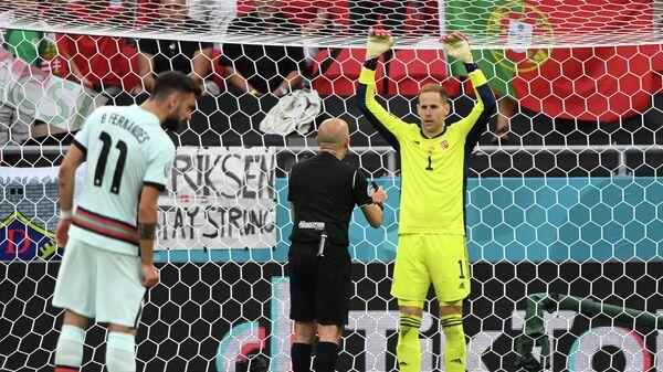 Вратарь сборной Венгрии Петер Гулачи (справа)