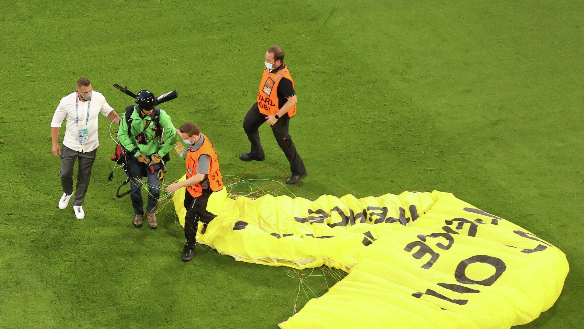 Парапланерист приземлился на поле перед началом матча ЕВРО-2020 Франция - Германия - РИА Новости, 1920, 15.06.2021