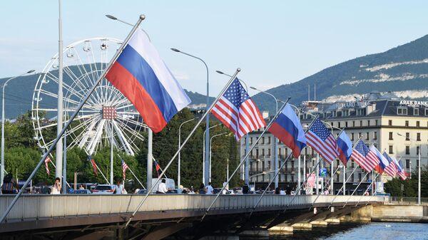 Флаги России и США на мосту Монблан в Женеве