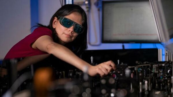 Один из авторов разработки доктор Росио Камачо Моралес во время испытаний очков для ночного видения