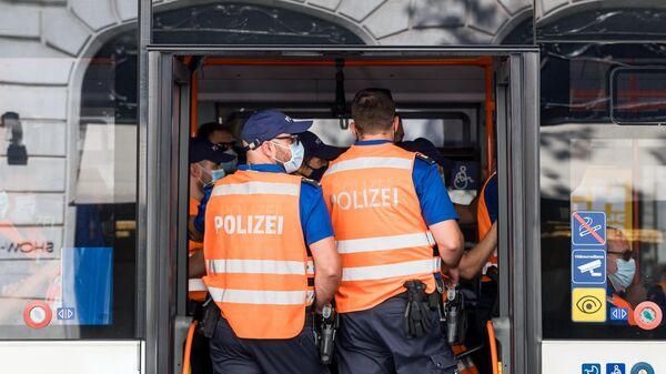 Сотрудники полиции в общественном автобусе в Женеве во время саммита президента России Владимира Путина и президента США Джо Байдена