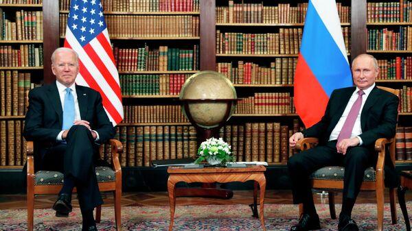 Президент РФ Владимир Путин и президент США Джо Байден во время встречи в Женеве на вилле Ла Гранж