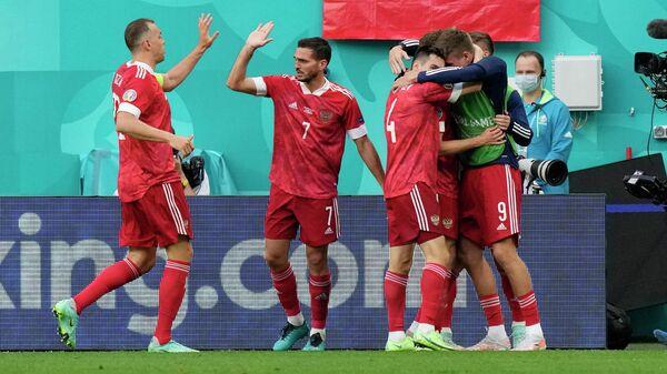 Футболисты сборной России празднуют гол в ворота Финляндии