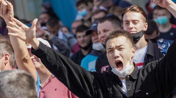 Болельщики во время просмотра трансляции матча 2-го тура группового этапа чемпионата Европы по футболу 2020 между сборными Финляндии и России в футбольной деревне УЕФА Евро-2020 в Санкт-Петербурге.