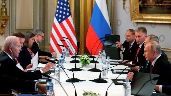 Президент РФ Владимир Путин и президент США Джо Байден во время российско-американских переговоров в расширенном составе на вилле Ла Гранж в Женеве
