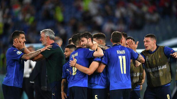 Футболисты сборной Италии празднуют гол в ворота Швейцарии
