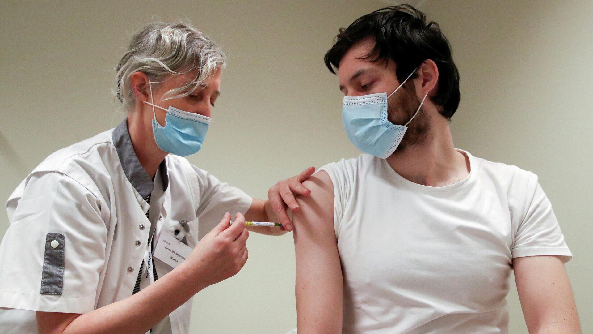 Медицинский работник делает прививку от COVID-19 во время испытаний вакцины CureVac - РИА Новости, 1920, 17.06.2021