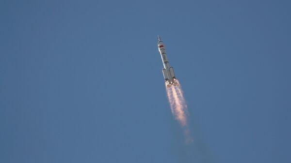 Запуск ракеты-носитель Чанчжэн-2F с пилотируемым кораблем Шэньчжоу-12