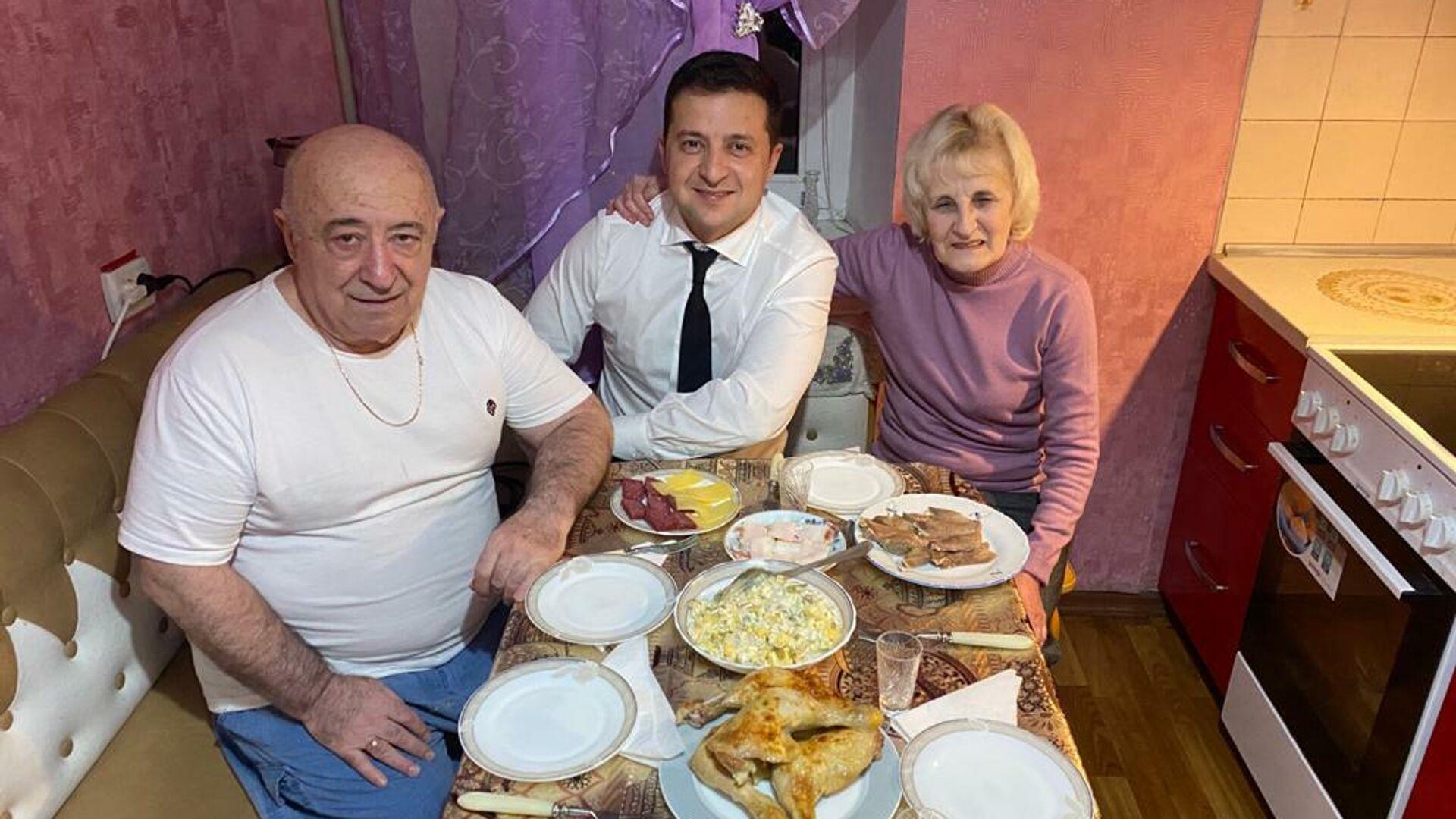 Президент Украины Владимир Зеленский с родителями - РИА Новости, 1920, 24.09.2021