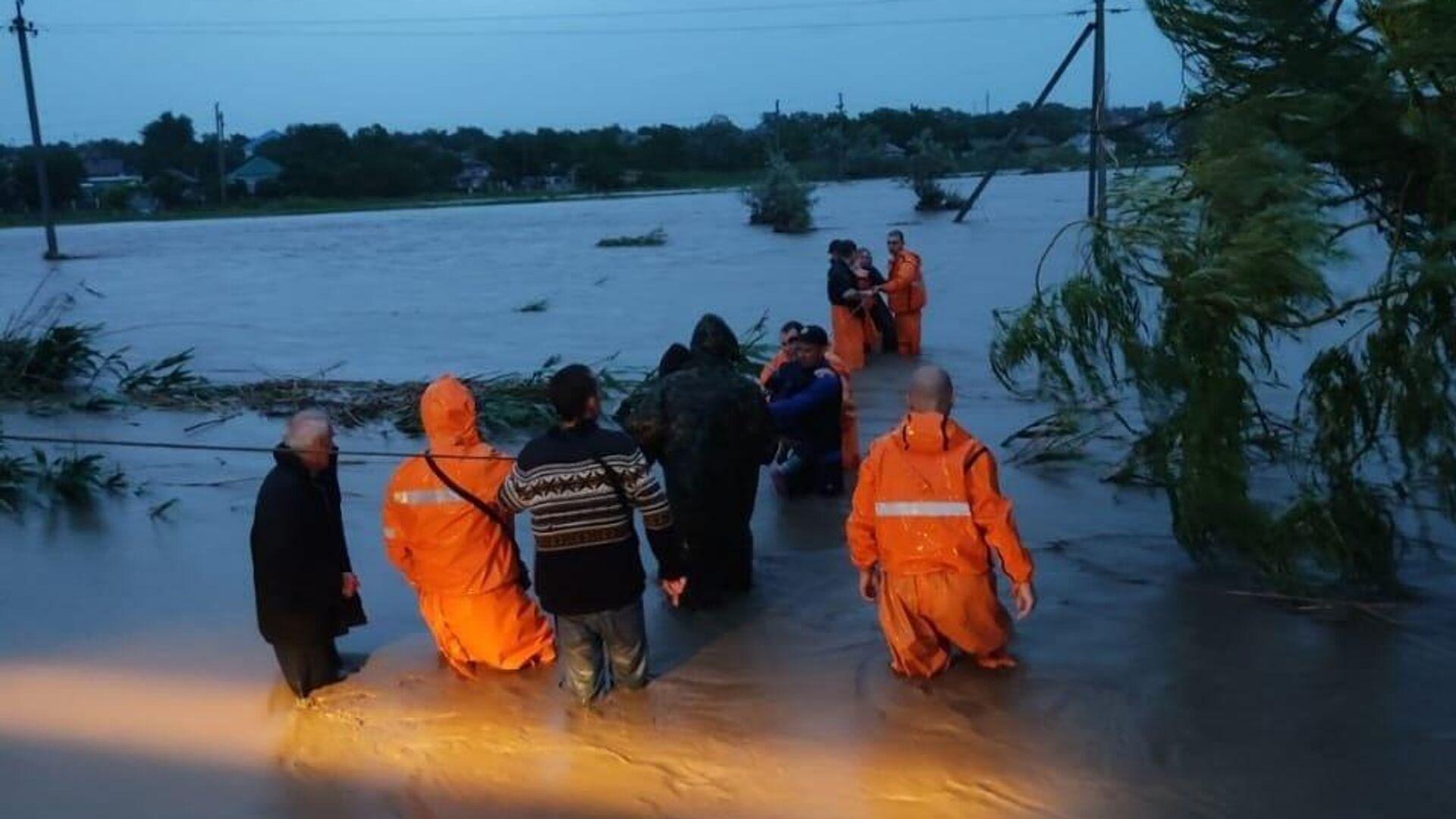 Сотрудники МЧС оказывают помощь местным жителям в Керчи - РИА Новости, 1920, 17.06.2021