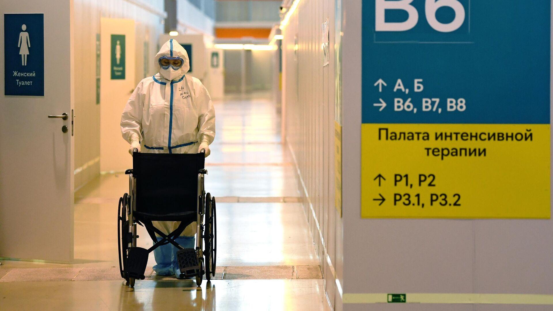 Медицинский работник во временном госпитале COVID-19 на ВДНХ в Москве - РИА Новости, 1920, 27.09.2021