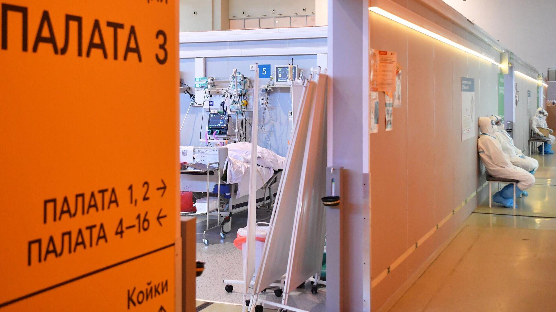 Медицинские работники возле палаты реанимации и интенсивной терапии во временном госпитале COVID-19 на ВДНХ в Москве - РИА Новости, 1920, 13.10.2021