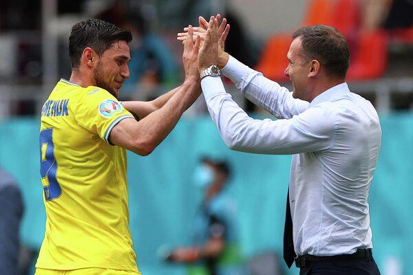 Нападающий сборной Украины Роман Яремчук (слева) и главный тренер сборной Украины Андрей Шевченко