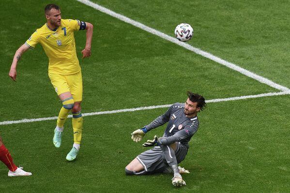 Нападающий сборной Украины Андрей Ярмоленко (слева) и вратарь сборной Северной Македонии Столе Димитриевски