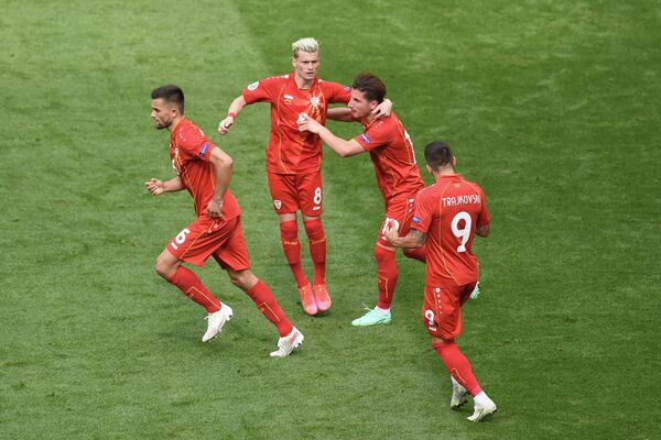 Футболисты сборной Северной Македонии радуются забитому мячу