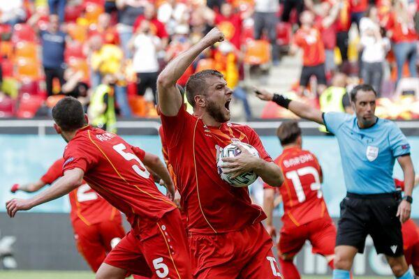 Защитник сборной Северной Македонии Стефан Ристовски (в центре)