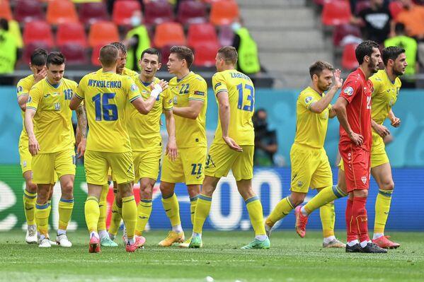 Футболисты сборной Украины радуются голу
