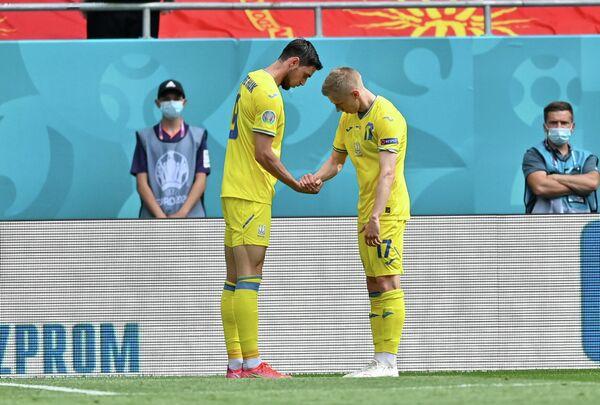 Футболисты сборной Украины Роман Яремчук (слева) и Александр Зинченко