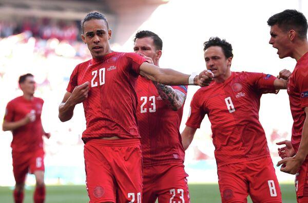 Сборная Дании по футболу празднует гол в ворота бельгийцев на ЕВРО