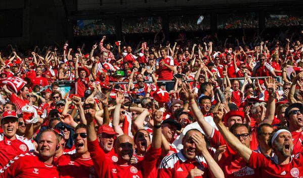 Болельщики сборной Дании радуются забитому голу