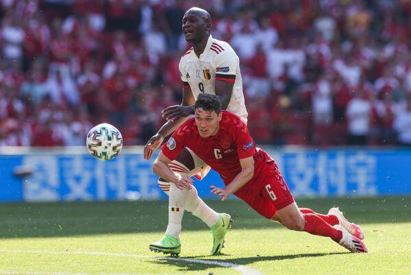 Защитник сборной Дании Андреас Кристенсен (на первом плане) и форвард сборной Бельгии Ромелу Лукаку