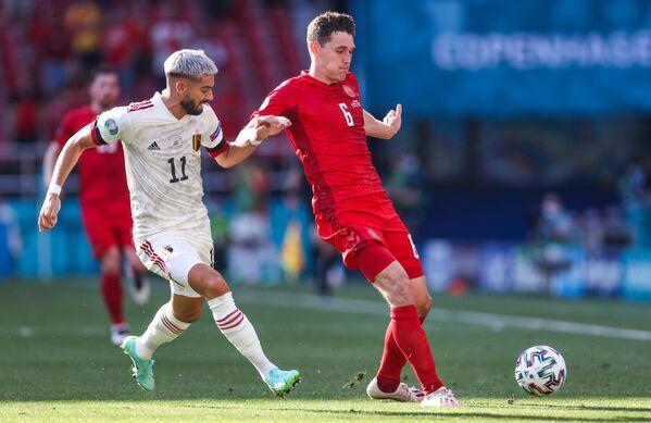 Нападающий сборной Бельгии Янник Карраско (слева) и защитник сборной Дании Андреас Кристенсен