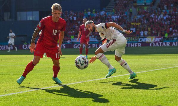 Полузащитник сборной Дании Даниэль Васс (слева) и нападающий сборной Бельгии Янник Карраско