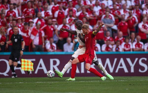 Нападающий сборной Бельгии Ромелу Лукаку (слева) и защитник сборной Дании Симон Кьер