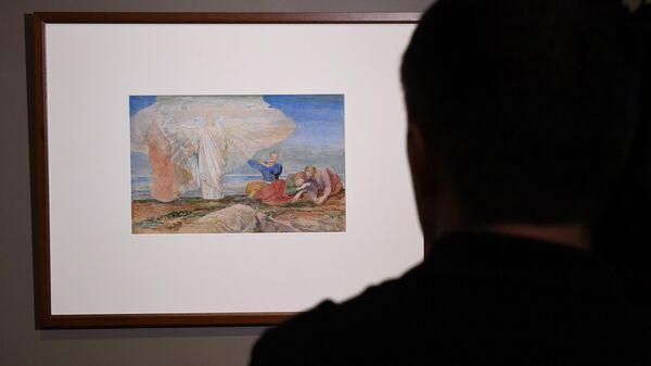Мужчина у эскиза к картине Преображение на выставке Александр Иванов. Библейские эскизы. Чудеса и проповеди Христа в Третьяковской галерее в Москве.