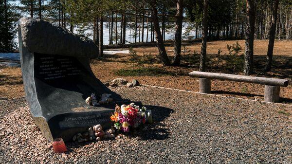 Памятный камень в виде волны с именами погибших в июне 2016 года детей на Сямозере в Пряжинском районе Карелии