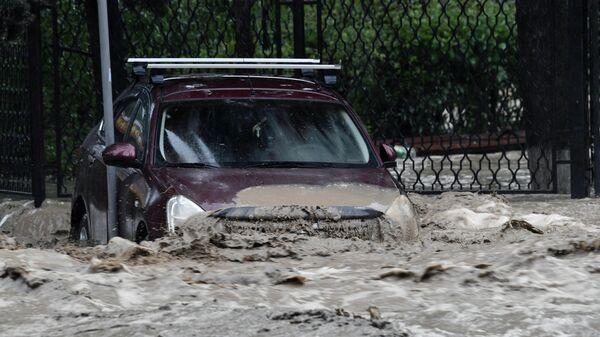 Автомобиль на одной из улиц Ялты