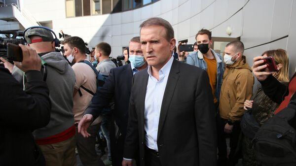 Глава политсовета партии Оппозиционная платформа - за жизнь Виктор Медведчук у здания Киевского апелляционного суда