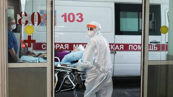 Врачи скорой помощи везут пациента в приемное отделение