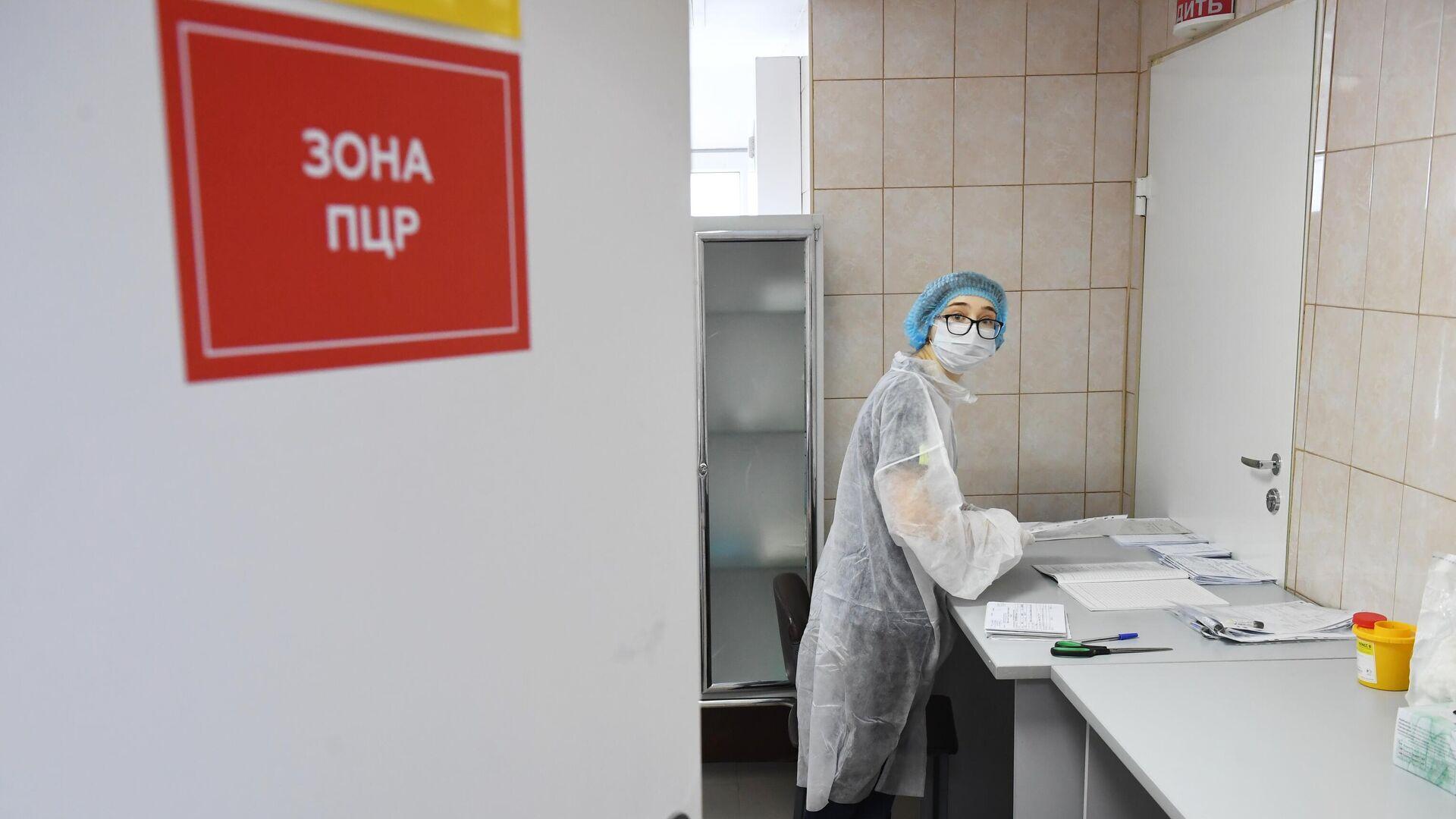 Медицинский работник в ПЦР зоне в больнице - РИА Новости, 1920, 10.08.2021