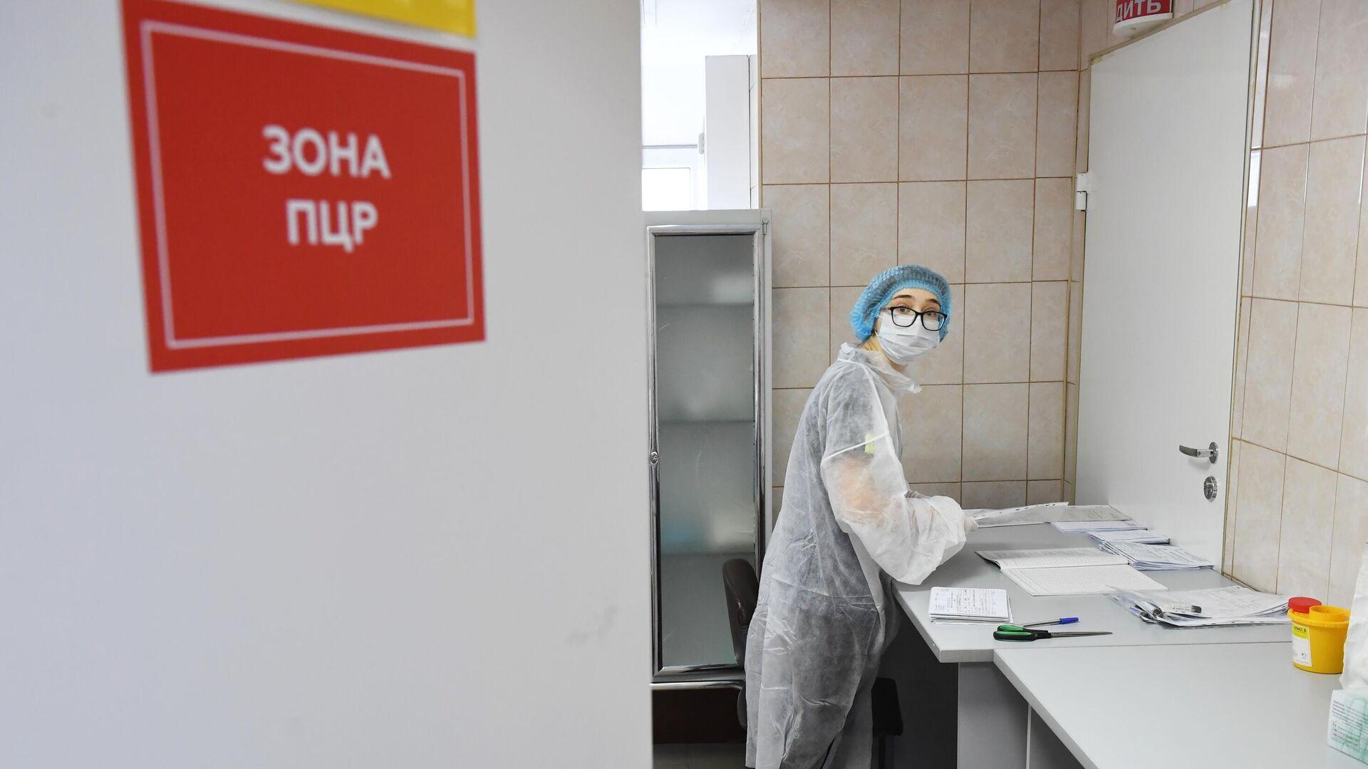 Медицинский работник в ПЦР зоне в больнице - РИА Новости, 1920, 22.07.2021