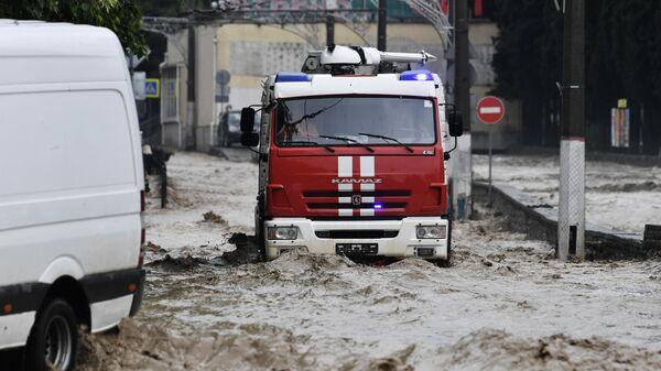 Автомобиль МЧС РФ на одной из улиц Ялты