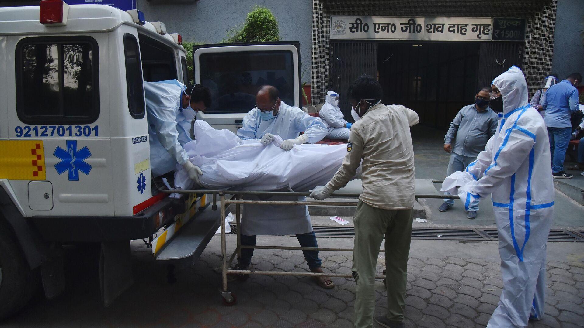 Медицинские работники транспортируют мертвое тело в Дели - РИА Новости, 1920, 20.06.2021