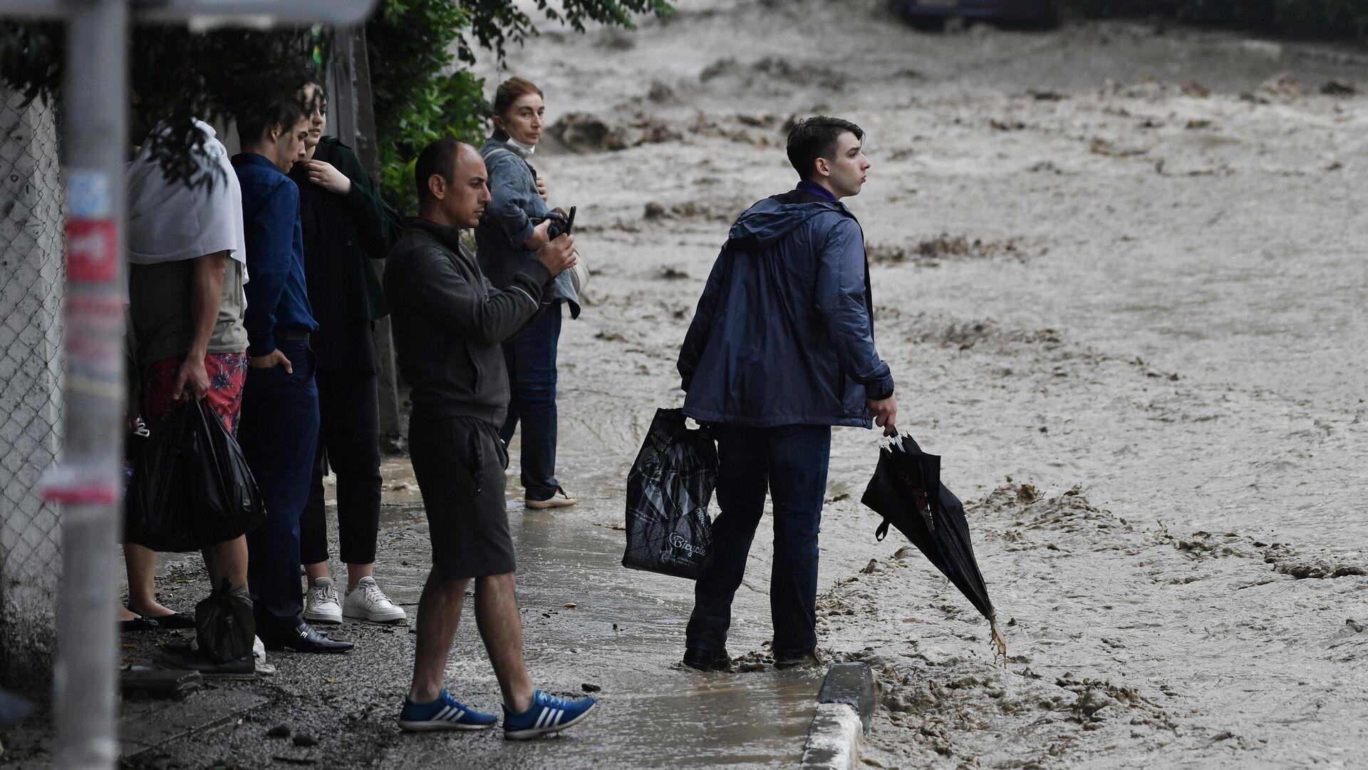 Люди на затопленной улице в Ялте - РИА Новости, 1920, 20.06.2021