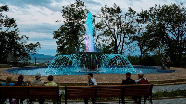 """Отдыхающие возле фонтана """"Каскад"""" у Смирновского минерального источника в Лечебном парке в Железноводске"""
