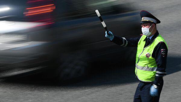Инспектор дорожно-патрульной службы на одной из улиц в Москве