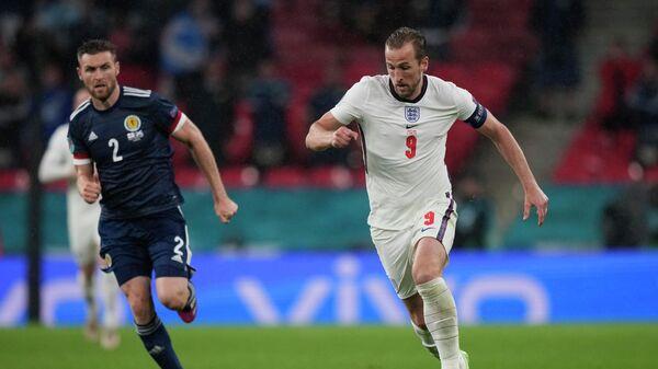 Харри Кейн (справа) и Стефен О'Доннелл во время матча ЕВРО между сборными Англии и Шотландии