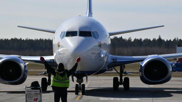 Самолет Boeing 737-500 белорусской авиакомпании Белавиа в национальном аэропорту Минск
