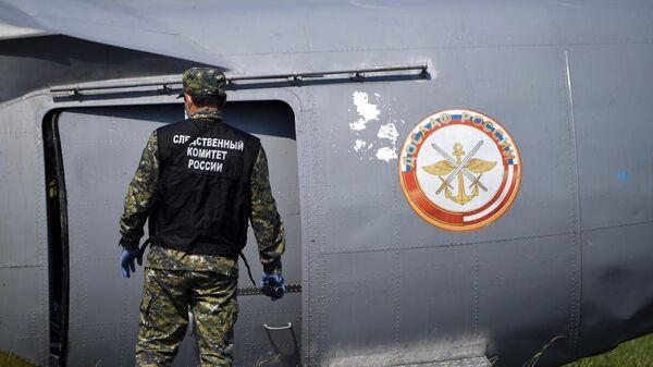 Сотрудник Следственного комитета России на месте крушения самолета Л-410 в Кемеровской области