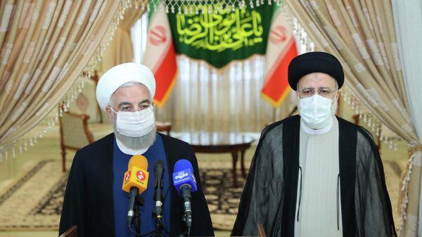 Президент Ирана Хасан Рухани и победитель президентских выборов Эбрагим Раиси на пресс-конференции после объявления результатов выборов