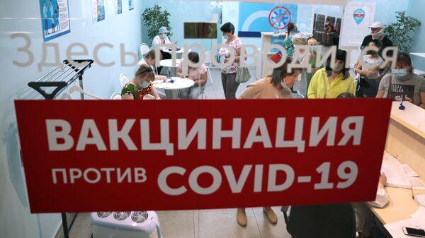 Люди в пункте вакцинации против COVID-19 в торговом центре Гостиный двор в Туле